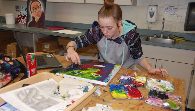 Student in art class