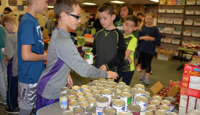 students packing food for the food shelf